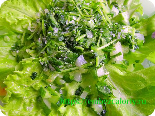 На листья зелёного салата кладём свежий огурчик и петрушку