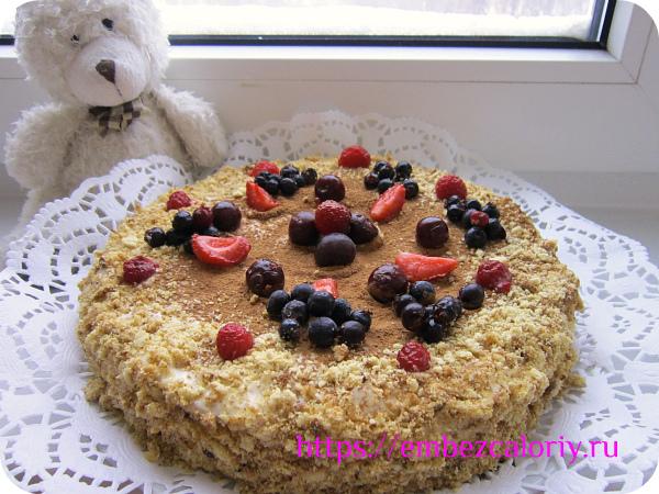 Оформляем торт ягодами