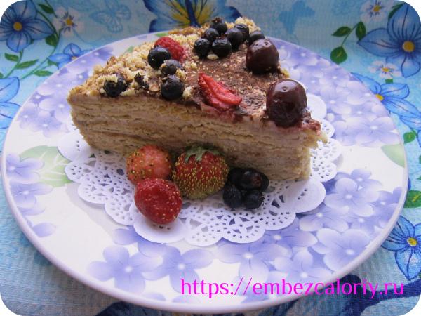 Торт на скорую руку из фруктов с ягодами готов!
