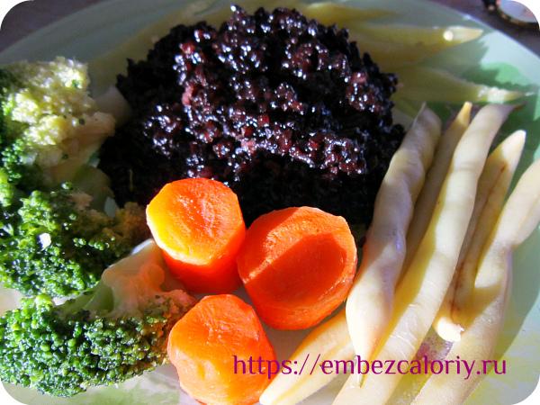 Чёрный рис с паровыми овощами готов!