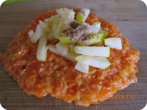 В середину лепёшки укладываем яблоки, сахар и корицу