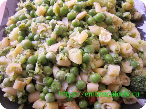 Зелёный горошек смешиваем с кусочками фасоли и брокколи, укладываем поверх помидор