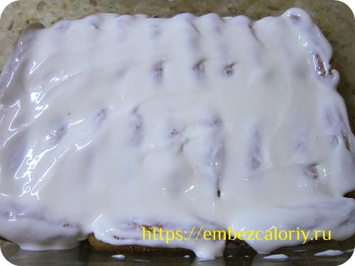 Обильно покрываем печенье кремом