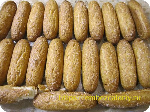 Печенье пропитываем кофейным напитком и укладываем в форму