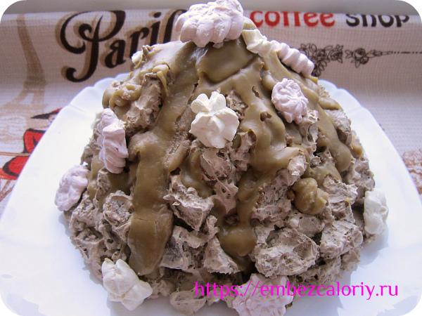 Хаотично заливаем торт помадкой и украшаем цветочками из крема