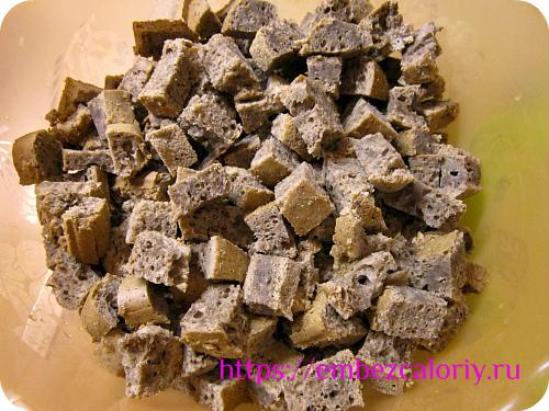 Готовый бисквит режем кубиками