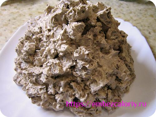 Перемешиваем бисквитные кубики с кремом и выкладываем горкой