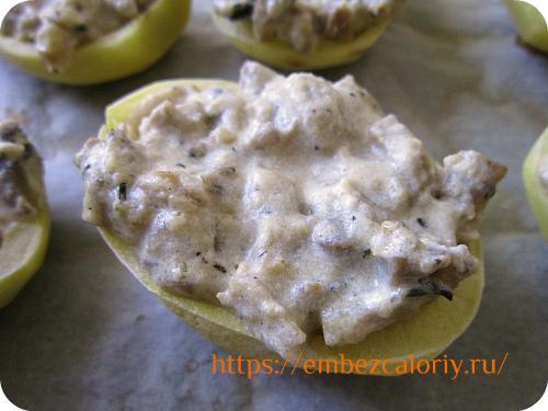 В каждую половинку картофеля укладываем готовый жульен