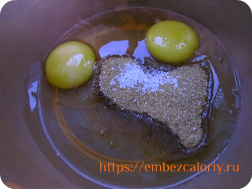 Взбиваем яйца с сахаром и солью