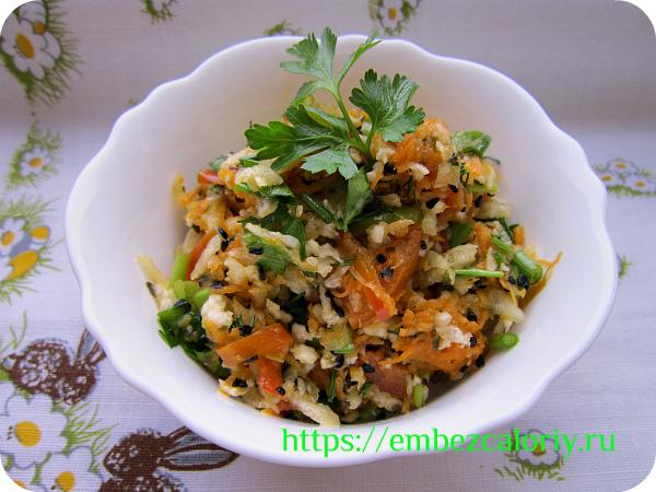 Овощной салат с кунжутом готов!