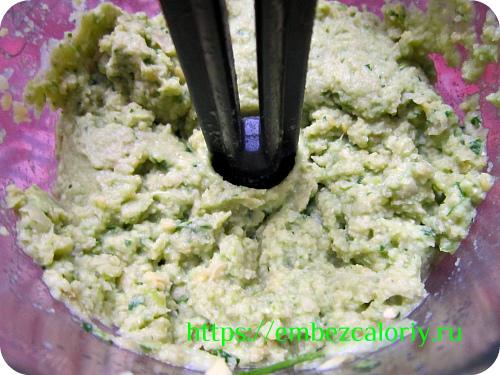 Все ингредиенты укладываем в чашу блендера и взбиваем