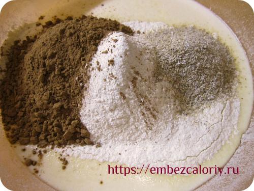 Добавляем все виды муки, отруби, какао и замешиваем тесто