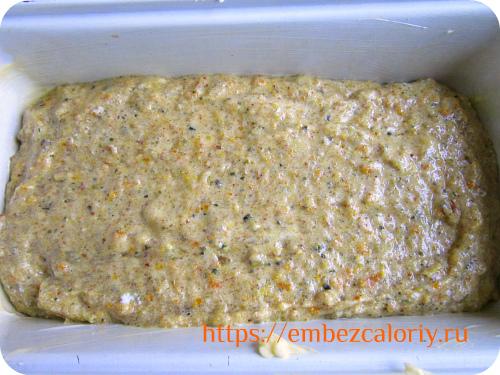 Смазываем форму маслом, выкладываем в неё тесто