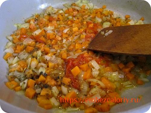 Лук и морковь томим под закрытой крышкой с помидорами в масле