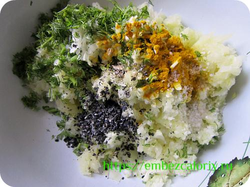 Добавляем лук с чесноком, зелень, пряности, кунжут и соль