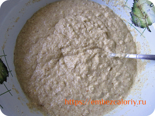 Добавляем масло, смесь рассола с водой и замешиваем тесто
