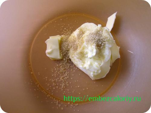 Масло с сахаром взбиваем до пышности