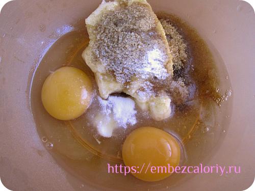 Взбиваем размягчённое масло с сахаром и яйцами