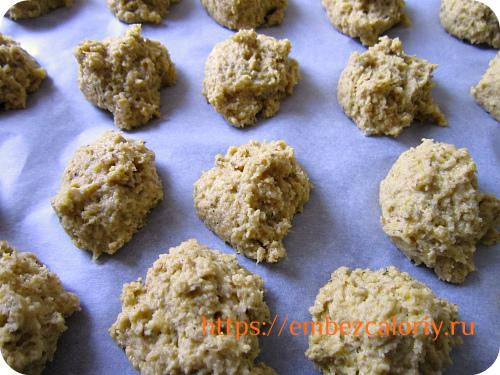 Укладываем порции печенья на противень с пергаментом