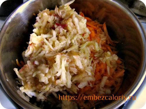 Морковь и яблоко с водой и маслом тушим 5 – 7 минут