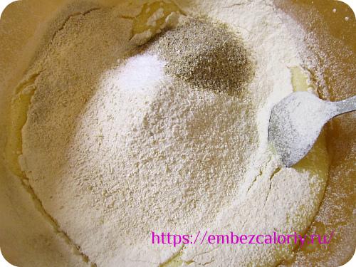 В смесь просеянной муки, соды и отрубей вводим яичную смесь