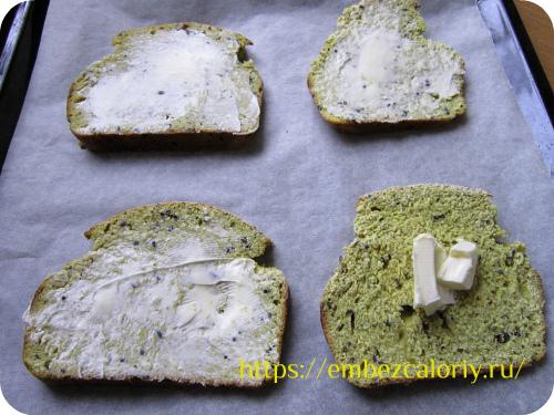 Смазываем каждый кусочек хлеба тонким слоем сливочного масла