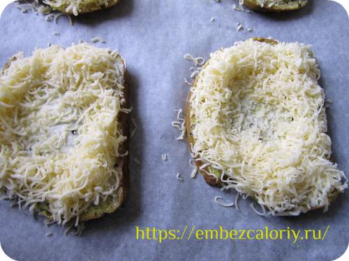 Обильно посыпаем тёртым сыром. делая углубление