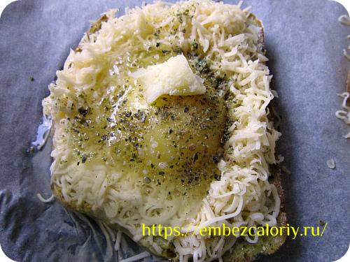Яйца солим, посыпаем тыквенной мукой, укладываем кусочек масла