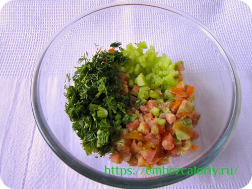 Мелко измельчаем перец и помидор, шинкуем зелень