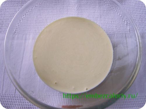 Яйца взбиваем с творогом, солью, сахаром и пряностями