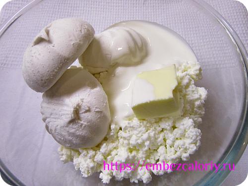 Масло соединяем с творогом, зефиром, солью и сметаной