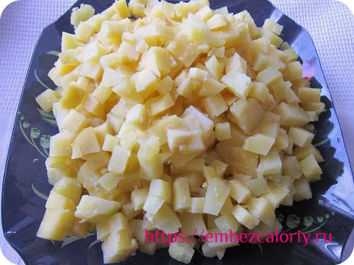 Запекаем картофель, остужаем, очищаем, режем кубиками