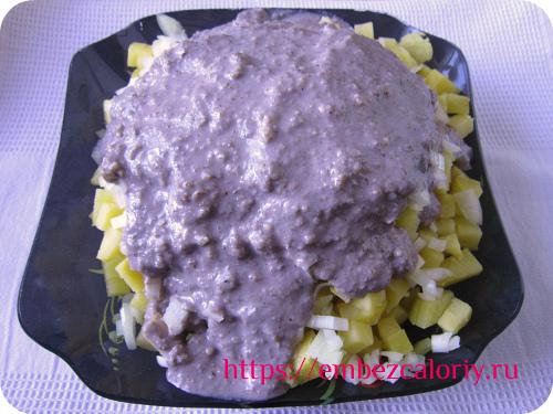 Поливаем картофель и лук гранатовым соусом