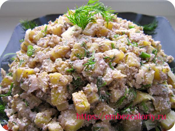 Перемешиваем салат перед самой подачей