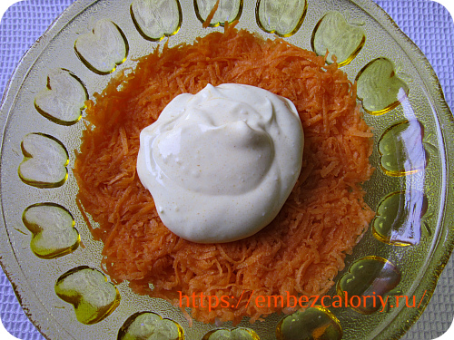 Сырую морковь натираем на мелкой тёрке