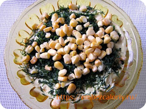 Посыпаем верх салата ламинарией, измельчённой зеленью, кукурузой