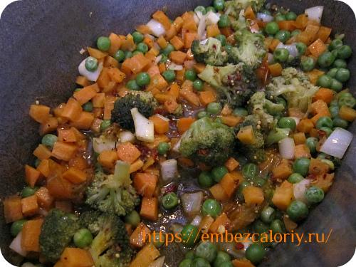 Томим овощи с зелёным горошком и пряностями