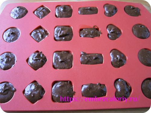 Выкладываем в силиконовые формочки для конфет