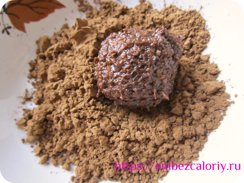 Формуем шарики, обваливаем в какао