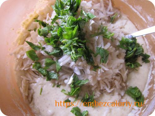 Вмешиваем топинамбур и зелень в готовое тесто