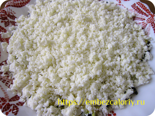 Посыпаем измельчённым адыгейским сыром