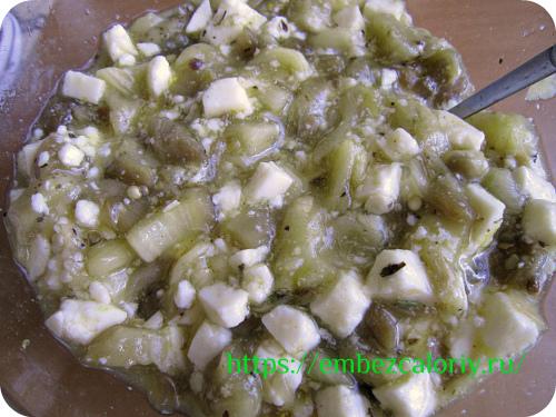 Нарезаем мякоть на кусочки, добавляем сыр панир, яичные белки, соль