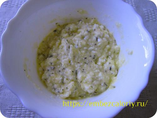 Перемешиваем ½ часть подготовленного сыра, 1 яйцо, соль и тимьян