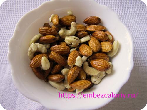 Орехи измельчаем в блендере до крошки