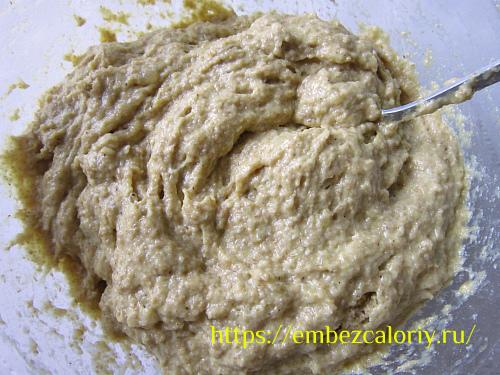 Соединяем две смеси и замешиваем полужидкое тесто
