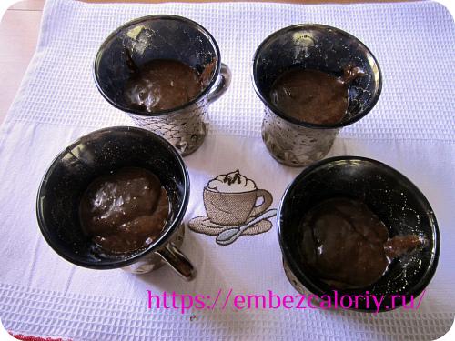 Чашки смазываем тонким слоем масла и раскладываем в них тесто