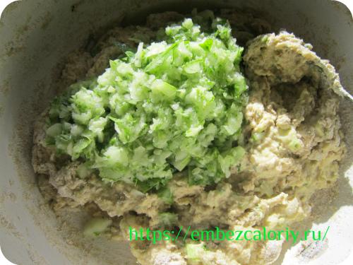 В готовое тесто добавляем нашинкованный лук, измельчённые в блендере огурцы и шпинат