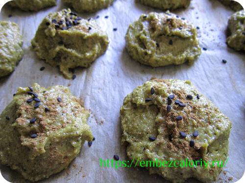 Раскладываем тесто на противень, сверху посыпаем порошком корицы и семенами кунжута