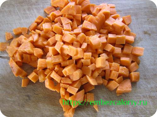 Морковь очищаем, режем кубиками и тушим в разогретой сковороде с маслом