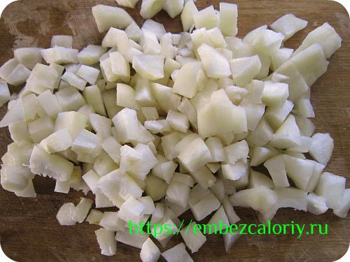 Топинамбур чистим, режем кубиками, сразу закладываем в сковороду